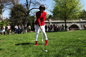 "Photo d'une femme jouant au golf illustrant la manifestation ""Golf urbain"""