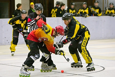 Un engagement lors d'un match d'inline hockey
